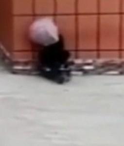 YOUTUBE Motociclista contro muro: ha ombrello ma non piove4