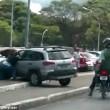 Motociclista investito si aggrappa all'auto3