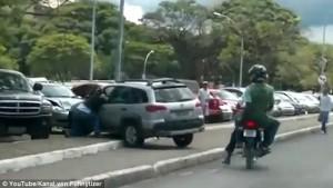 Motociclista investito si aggrappa all'auto5
