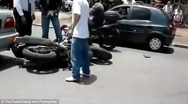 Motociclista investito si aggrappa all'auto2