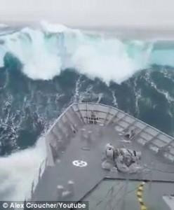 Guarda la versione ingrandita di YOUTUBE Onda da 20 metri inghiotte nave militare