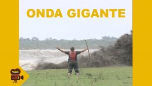 Guarda la versione ingrandita di YOUTUBE Onda gigante, presentatore costretto a scappare via