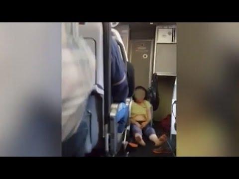 Panico su aereo, donna si getta a terra e urla