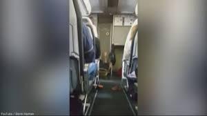 Guarda la versione ingrandita di YOUTUBE Panico su aereo, donna si getta a terra e urla