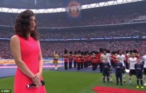 Perde attacco inno 90mila tifosi cantano da soli5