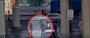 Guarda la versione ingrandita di YOUTUBE Portafoglio in borsa, tre turiste rapinate a Torino