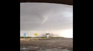 """Riprende tornado, figlia: """"Papà, ti prego andiamo via""""5"""