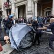 Roma: polizia carica con idranti manifestanti per casa11