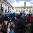 Roma: polizia carica con idranti manifestanti per casa13