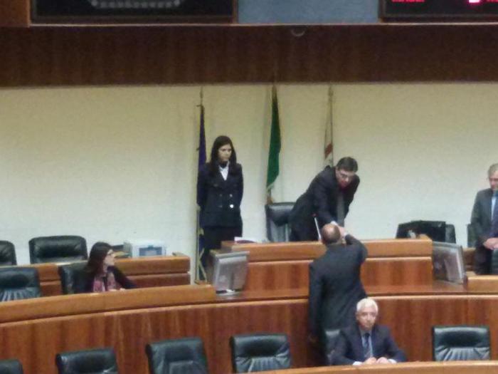 Sardegna Satta consigliere giura in 17 secondi. Aula vuota