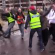 YOUTUBE Svezia, donna sfida con pugno chiuso corteo neonazi 3