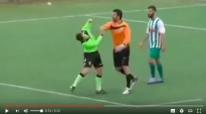 VIDEO YOUTUBE arbitro fischia rigore, schiaffi da calciatori