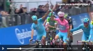 Guarda la versione ingrandita di Giro d'Italia: Nibali taglia traguardo alza braccio Scarponi