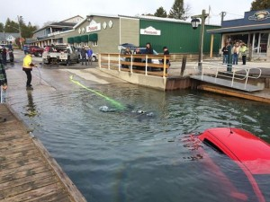 Segue Gps e finisce con la sua auto nel lago