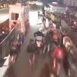 Si addormenta con la moto al via, ciclisti a terra5