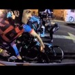 Si addormenta con la moto al via, ciclisti a terra7