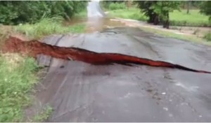 Strada spazzata via durante inondazioni in Texas5