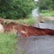 Strada spazzata via durante inondazioni in Texas2