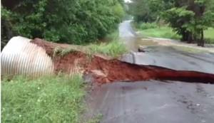 YOUTUBE Strada spazzata via durante inondazioni in Texas