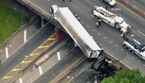 Cade o non cade? Tir in bilico su ponte New York7