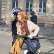 Poliziotto afferra per la gola donna a Tolosa4