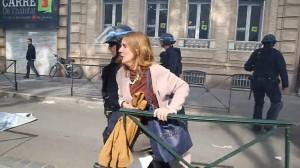 Guarda la versione ingrandita di VIDEO YOUTUBE Poliziotto afferra per la gola donna a Tolosa