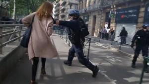 Poliziotto afferra per la gola donna a Tolosa99