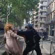 Poliziotto afferra per la gola donna a Tolosa2