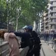 Poliziotto afferra per la gola donna a Tolosa