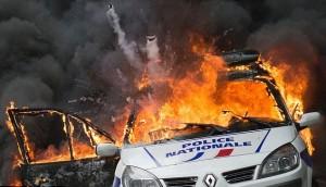 Parigi, auto polizia data alle fiamme agenti fuggono13