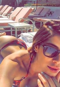 Aida Yespica, scatti bollenti al mare: su tavola da surf...