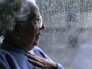 Guarda la versione ingrandita di Badanti legano anziana al letto ed escono: a processo