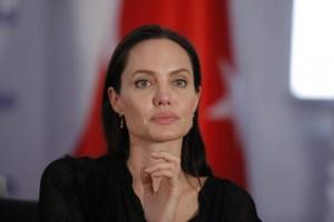 Guarda la versione ingrandita di Angelina Jolie anoressica, pesa 35 chili. E Brad Pitt…