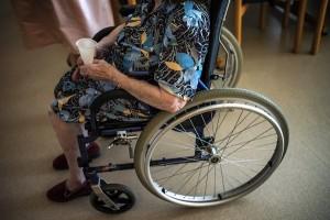 Guarda la versione ingrandita di Biella: anziana paralizzata veglia il badante deceduto