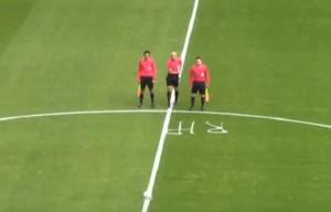YOUTUBE Arbitro muore, gesto del collega commuove lo stadio