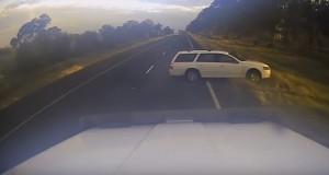 Sorpassa due camion che occupano la strada e