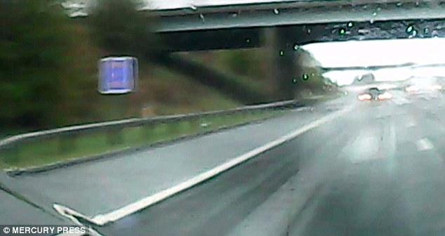 Auto slitta sotto pioggia, guidatore evita incidente3