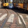 Milano, auto polizia incastrata tra tram piazza Scala FOTO5
