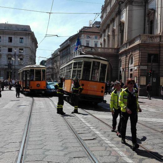 Milano, auto polizia incastrata tra tram piazza Scala FOTO4