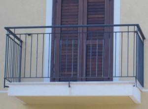 Bimba di 4 anni lasciata sola in casa cade dal balcone