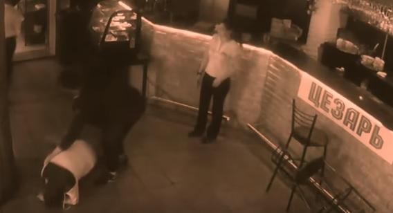VIDEO YOUTUBE Palpa cameriera. Lei lo stende col menù 05