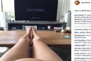 Bar Refaeli: divano, pancino e Grey's Anatomy FOTOBar Refaeli: divano, pancino e Grey's Anatomy FOTO