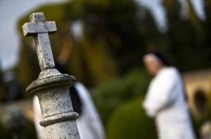 Bara abbandonata fuori cimitero, mistero: il cadavere...