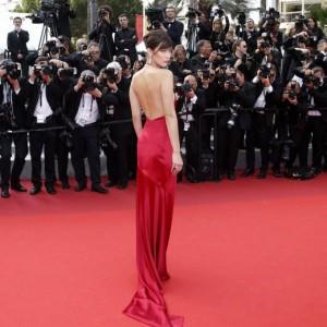 Guarda la versione ingrandita di Bella Hadid strega Cannes: abito con spacco inguinale FOTO
