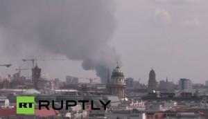 Berlino, grande rogo e nube tossica. Brucia centro shopping