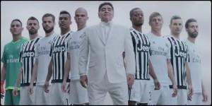 Maradona Dio tra giocatori Juve, tifosi del Napoli..