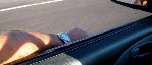 Braccio fuori dal finestrino: camion glielo trancia quasi