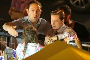 YOUTUBE Bambina schiacciata dai fan: Brad Pitt la salva