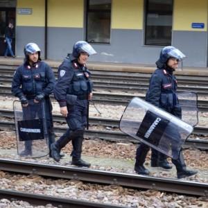YOUTUBE Brennero, scontri anarchici-polizia: agenti feriti