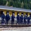 YOUTUBE Brennero, scontri anarchici-polizia: agente ferito 4